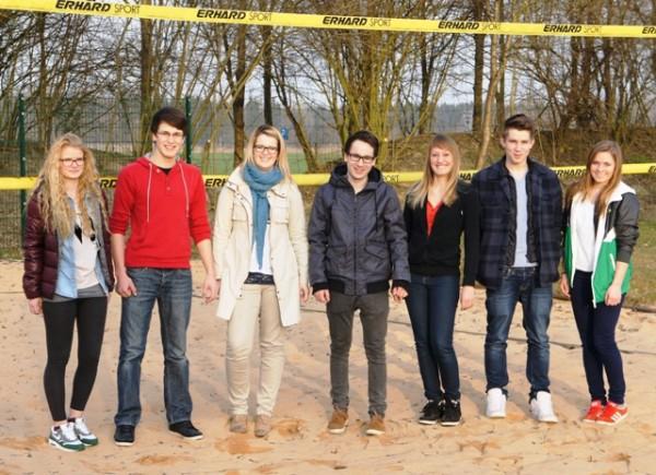 Junge Mitglieder des SV Saaldorf und der Jungen Liste besichtigen den Beachvolleyballplatz in Fridolfing